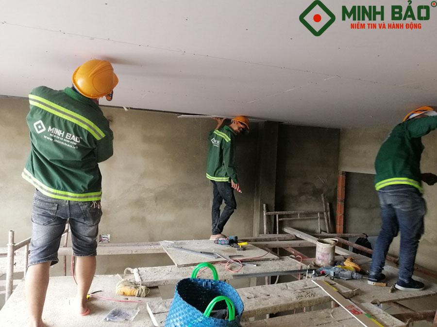 Công nhân Minh Bảo thực hiện thi công công trình nhà chú Long