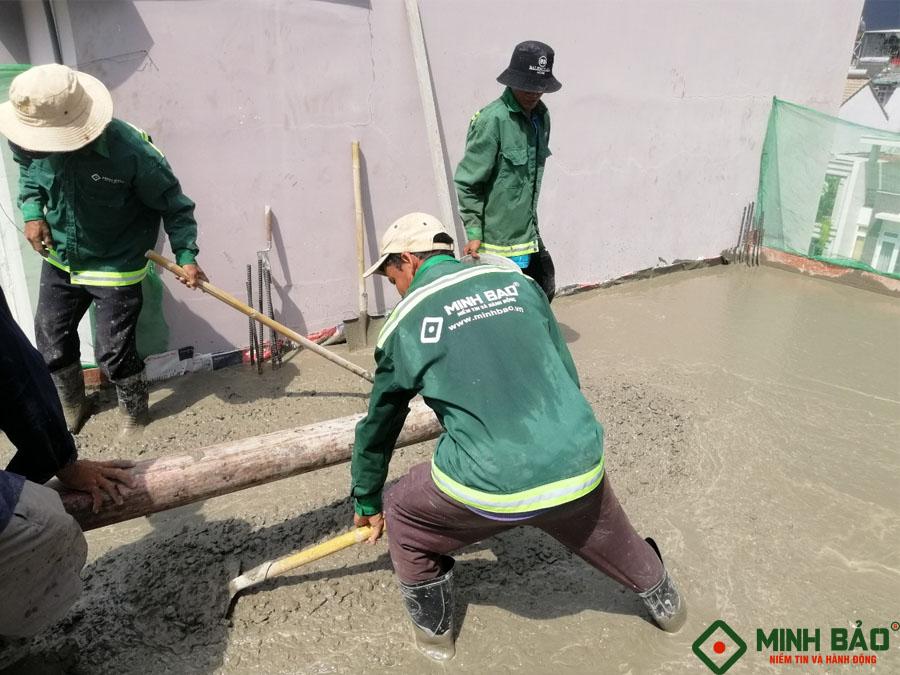 Công nhân Minh Bảo thi công xây nhà chú Long