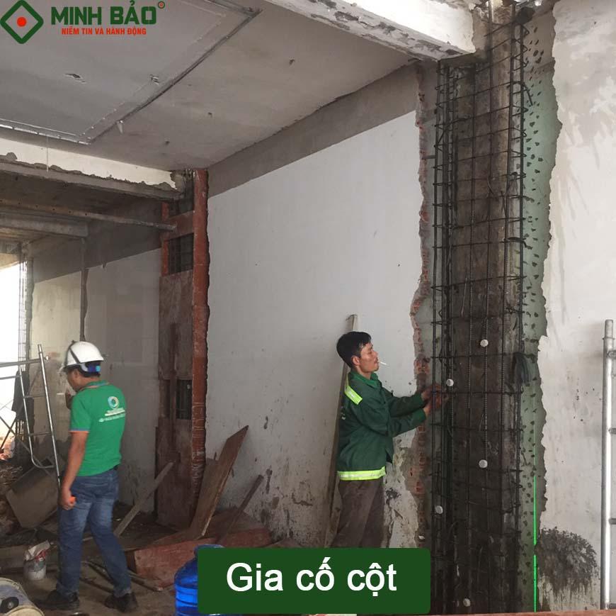 Công nhân Minh Bảo thực hiện gia cố cột nhà