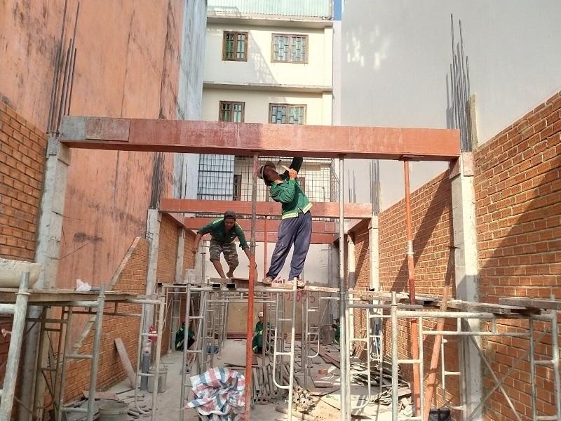 Công nhân Minh Bảo thi công
