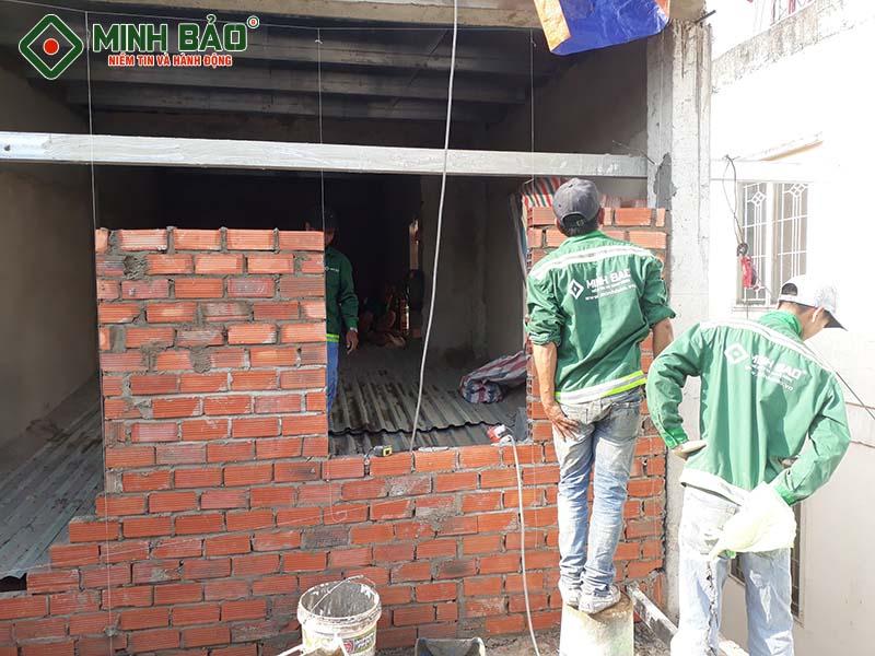 Công nhân sửa nhà