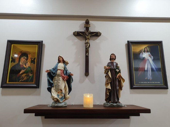 bàn thờ Chúa đặt ở phòng khách