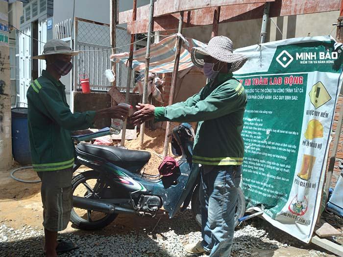 Công nhân xây dựng chấp hành phòng chống dịch nghiêm túc
